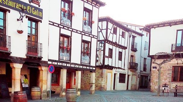 Plaza Mayor. Casas tradicionales castellanas.
