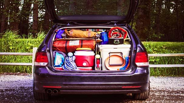 colocar equipaje en el maletero